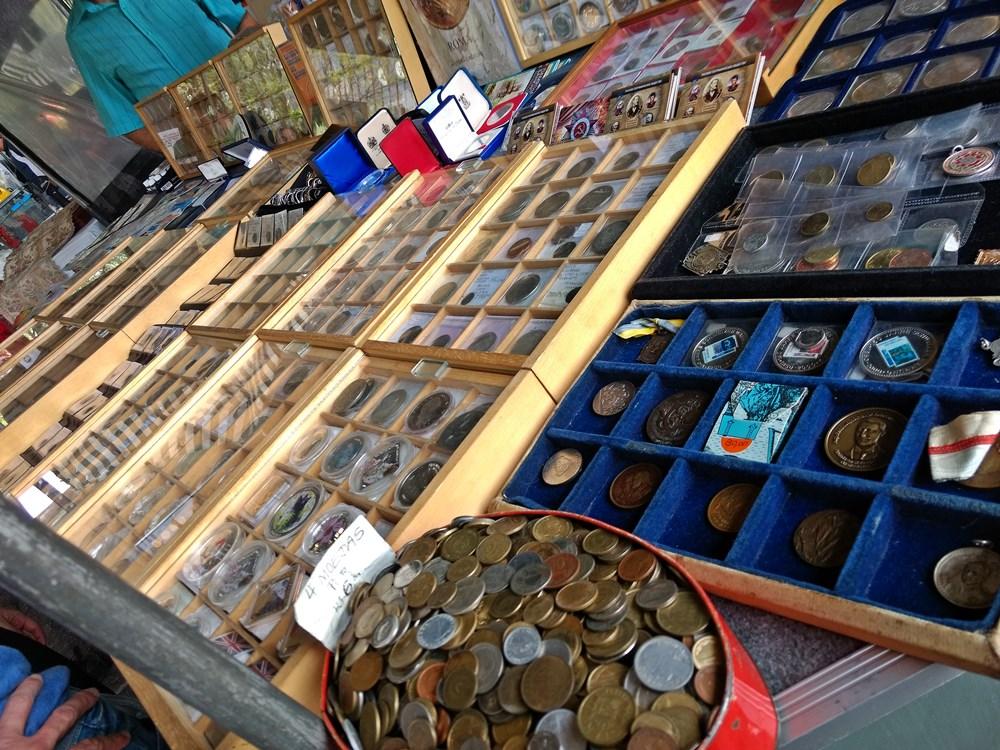 Moedas e selos antigos à venda na feirinha de antiguidades que acontece aos domingos, no vão do Masp, em São Paulo.