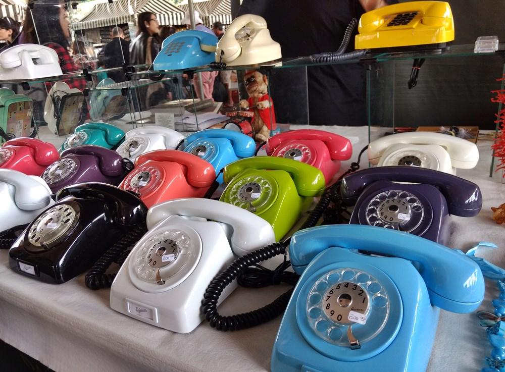 Telefones coloridos à venda na feirinha de antiguidades que acontece aos domingos, no vão do Masp, em São Paulo.