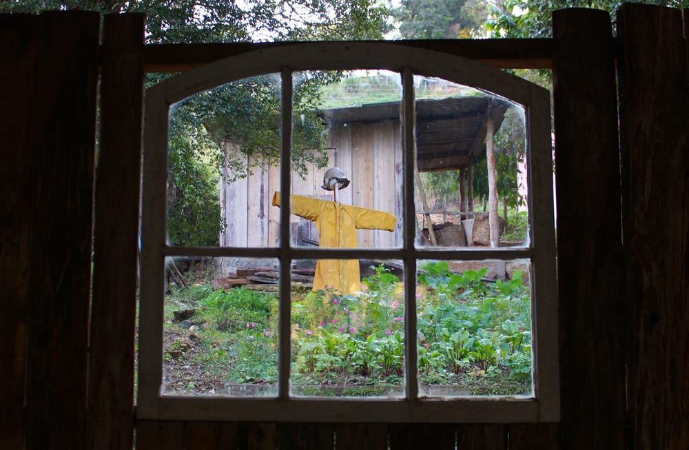 Espantalho na horta da Pousada Solar dos Montes, localizada no município de Santana dos Montes, a 130 quilômetros de Belo Horizonte, em Minas Gerais.