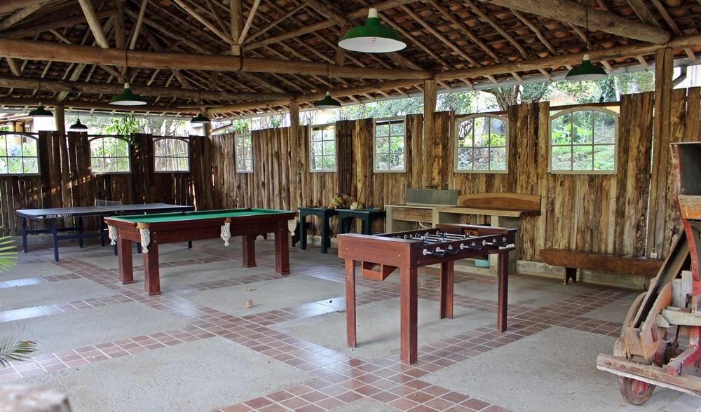 Mesa de tênis, sinuca e totó, na Pousada Solar dos Montes, localizada no município de Santana dos Montes, a 130 quilômetros de Belo Horizonte, em Minas Gerais.