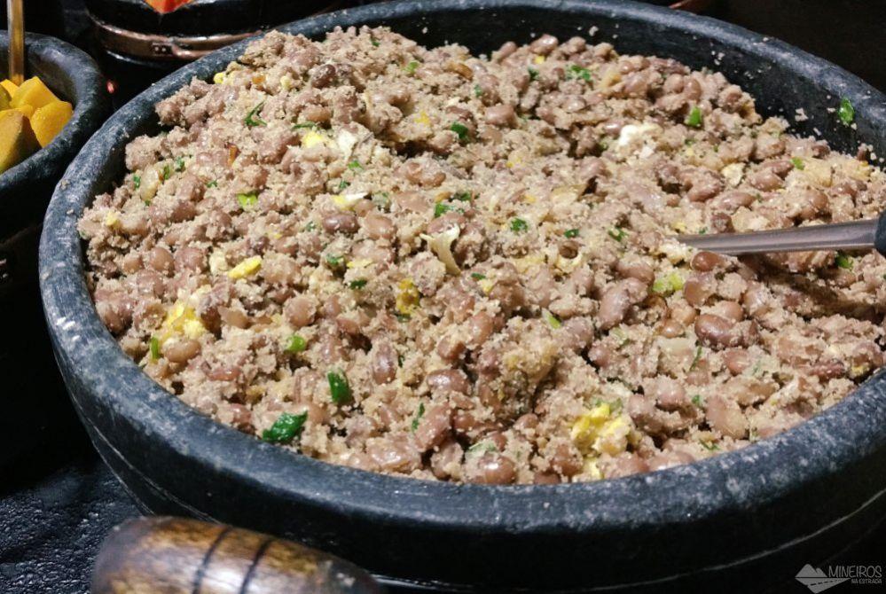 Feijão tropeiro, uma das comidas típicas de Minas Gerais.