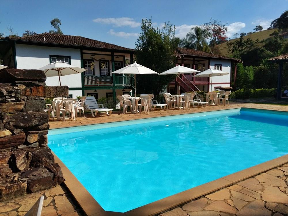 Casarões históricos e piscina da Pousada Solar dos Montes, localizada no município de Santana dos Montes, a 130 quilômetros de Belo Horizonte, em Minas Gerais.