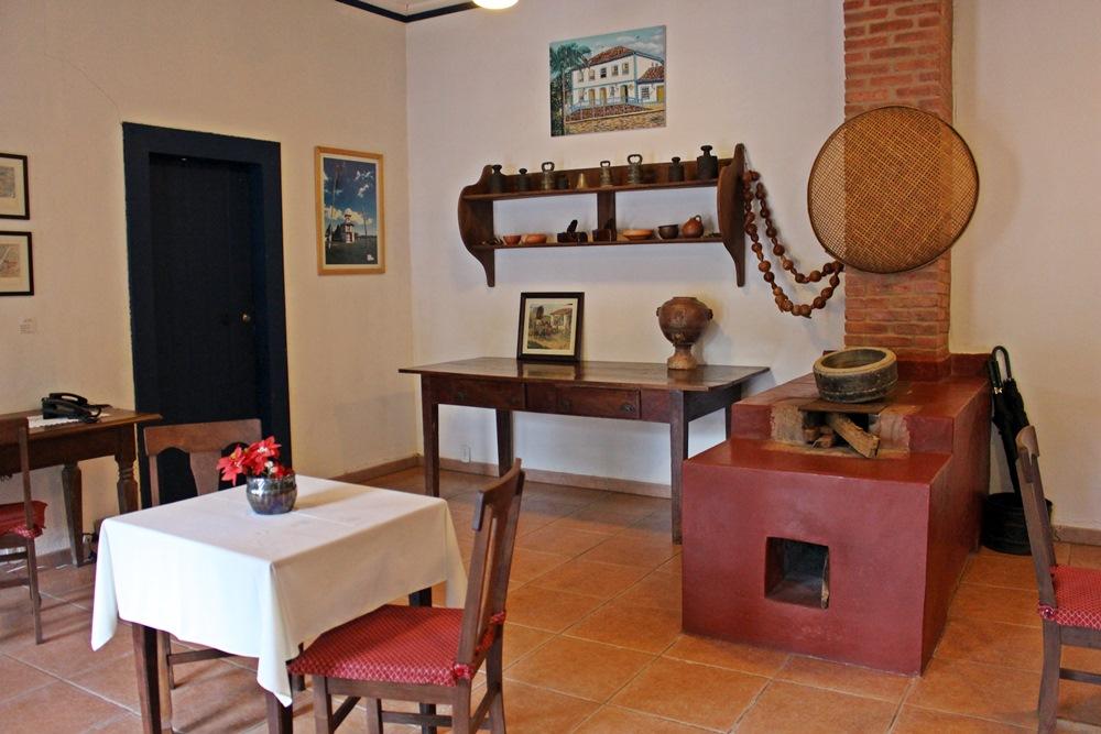 Sala de jogos, com fogão à lenha e objetos antigos, da Pousada Solar dos Montes, localizada no município de Santana dos Montes, a 130 quilômetros de Belo Horizonte, em Minas Gerais.