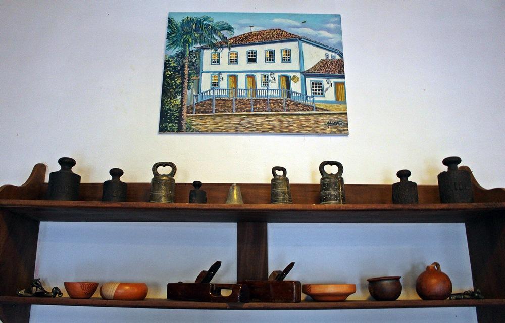Objetos antigos no salão de jogos da Pousada Solar dos Montes, localizada no município de Santana dos Montes, a 130 quilômetros de Belo Horizonte, em Minas Gerais.