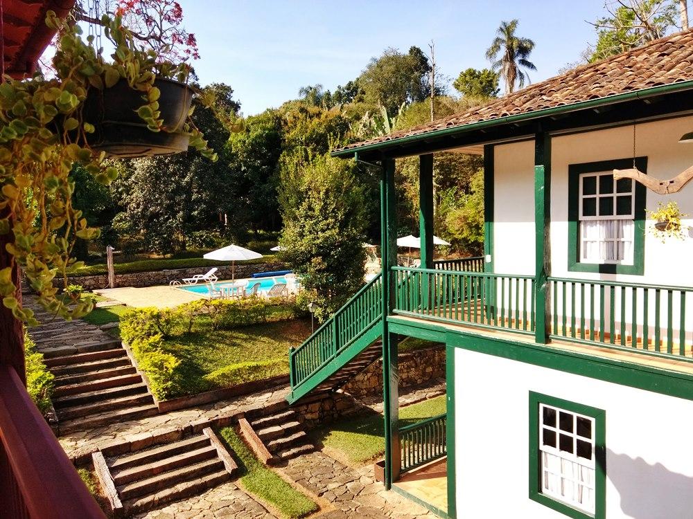 Casarão histórico e piscina na Pousada Solar dos Montes, localizada no município de Santana dos Montes, a 130 quilômetros de Belo Horizonte, em Minas Gerais. Ótima opção de descanso para casais e famílias.