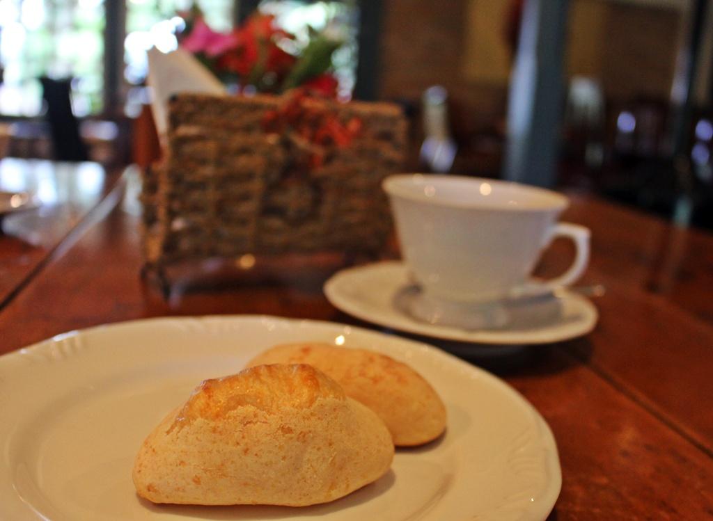 Biscoito de queijo e chá, na Fazenda Santa Marina, em Santana dos Montes.