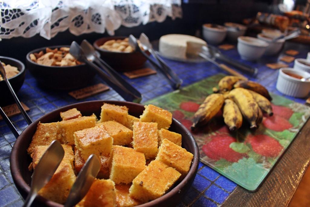 Café da manhã com boa de fubá na Fazenda Santa Marina, em Santana dos Montes.