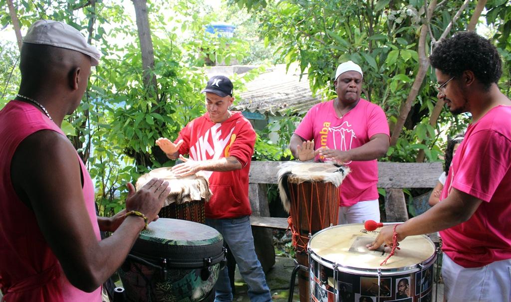 Samba de Terreiro se apresentando na Comunidade dos Arturos, em festa pelo Dia da Consciência Negra.