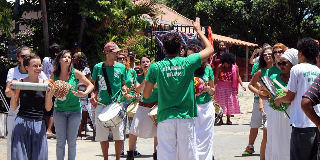 Biombos de Iroko, grupo de maracatu, se apresentando na Comunidade dos Arturos, em festa pelo Dia da Consciência Negra.