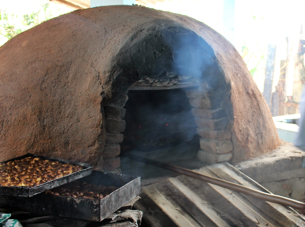 Forno de barro preparando os biscoitos na Comunidade dos Arturos, a primeira comunidade negra do Brasil a ser reconhecida como Patrimônio Cultural, localizada em Contagem (MG).