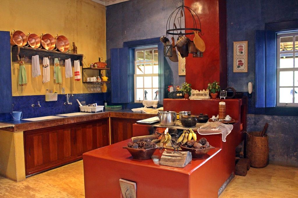 Cozinha onde é servido o café da manhã na Fazenda Santa Marina, com fogão de lenha e utensílios de época.