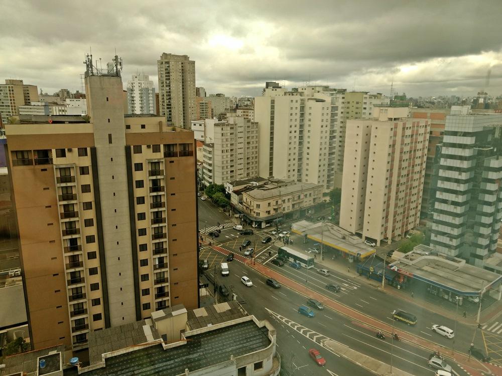 Vista do hotel Ibis Budget Paraíso, que é uma ótima opção de hospedagem em São Paulo. Não tem luxos, mas é barato e confortável e, o melhor, é ao lado da estação do metrô.