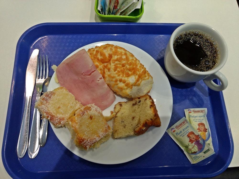 Café da manhã no hotel Ibis Budget Paraíso, que é uma ótima opção de hospedagem em São Paulo. Não tem luxos, mas é barato e confortável e, o melhor, é ao lado da estação do metrô.