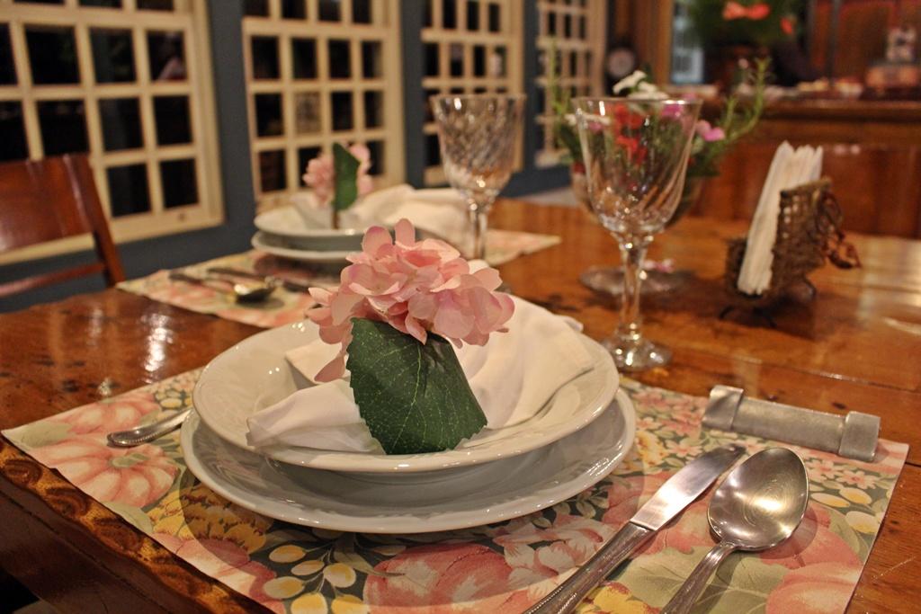 Mesa posta para o jantar na Fazenda Santa Marina.