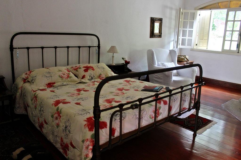 Quarto vermelho da Casa de Hóspedes da Fazenda Santa Marina.