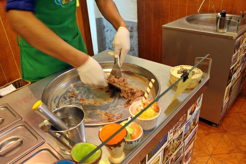 Na Sorveteira Qucharitas, em Cusco, o sorvete é fabricado na hora, na frente do cliente. Lá servem também crepes, sanduíches e outras comidinhas.