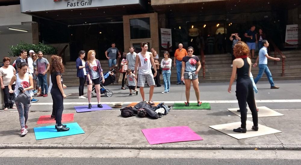 Pessoas fazendo sapateado na Paulista Aberta.