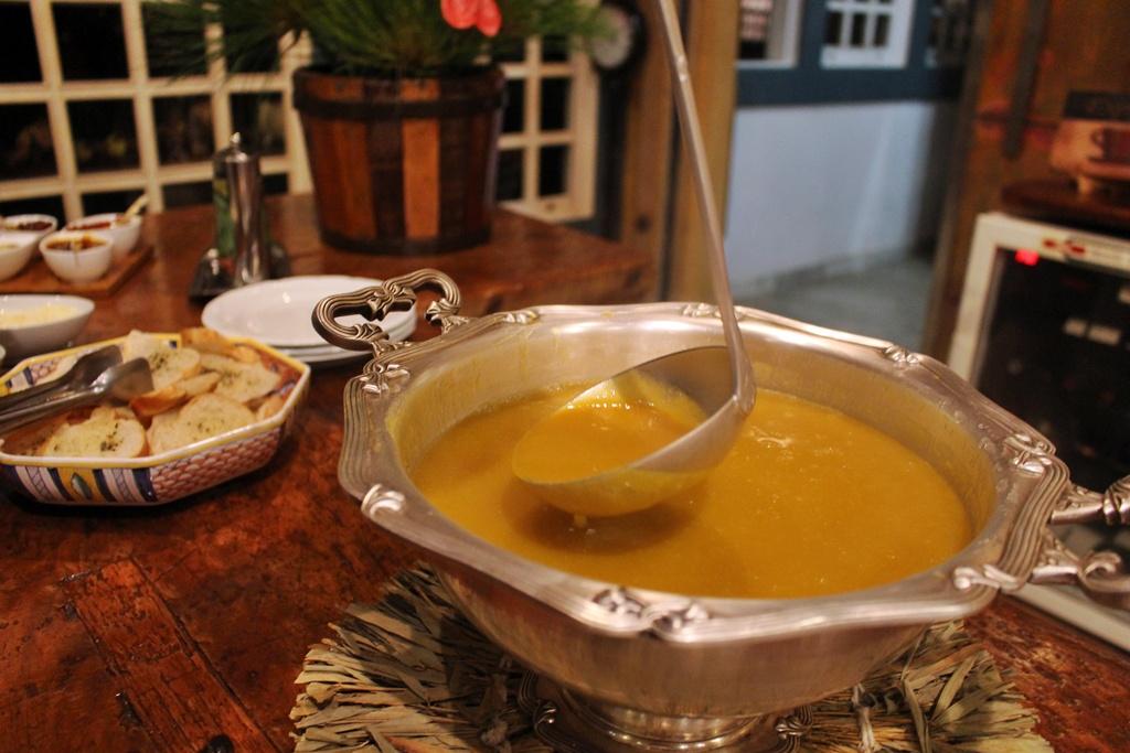 Sopa de inhame no jantar da Fazenda Santa Marina.