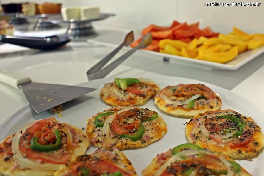 Café da manhã com pizza e frutas no Pampulha Frimas Hotel.