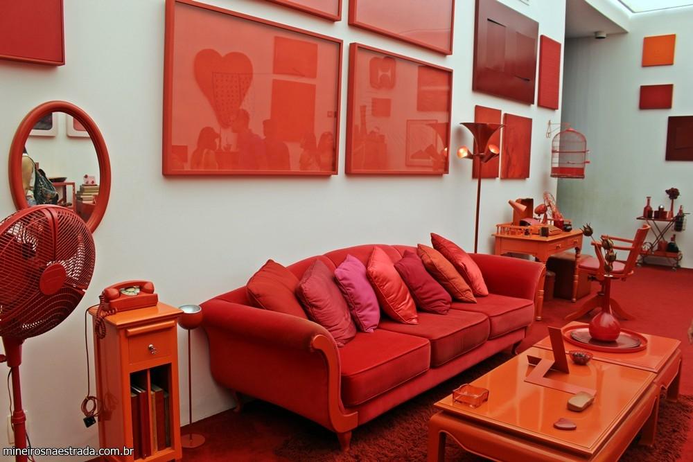 Um dos espaços da Galeria Cildo Meireles é uma casa toda em vermelho: móveis, objetos decorativos, utensílios diversos, roupas e produtos da geladeira.