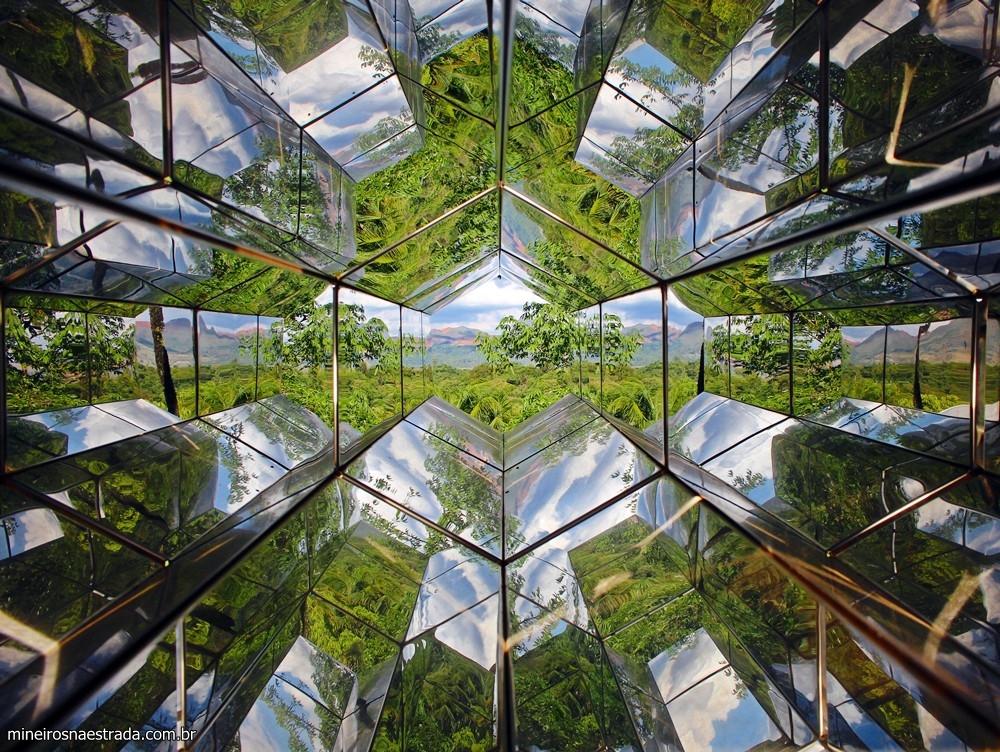 A obra Viewing Machine, de Olafur Eliasson, é o A13 do Eixo Laranja. É possível manusuear o caleidoscópio e formar umas infinidade de imagens.