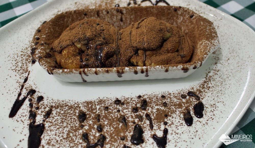 Profiteroles com calda de chocolate e cacau em pó do La Bettola di Nonna Anna, restaurante italiano em Foz do Iguaçu.