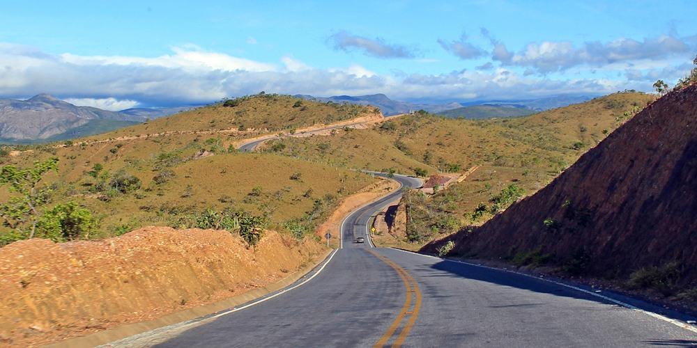 Estrada sinuosa entre montanhas de Minas Gerais