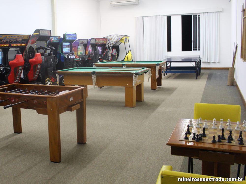 Salão de jogos com veodeogames, xadrez, pingue-pongue, sinuca e totó, no Monreale Resort Hotel, em Poços de Caldas.