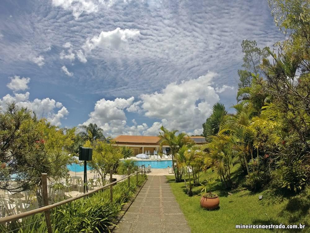 Caminho para a piscina do Monreale Hotel Resort, em Poços de Caldas.