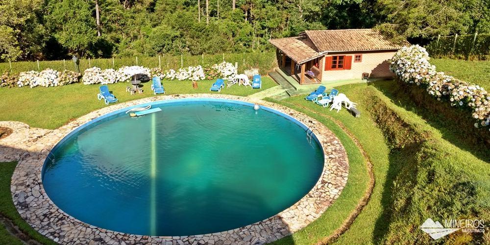 Piscina da Pousada do Rio, uma pousada em meio a montanhas, na zona rural de Gonçalves.