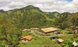 Vista da Pousada do Rio, uma pousada em meio a montanhas, na zona rural de Gonçalves.