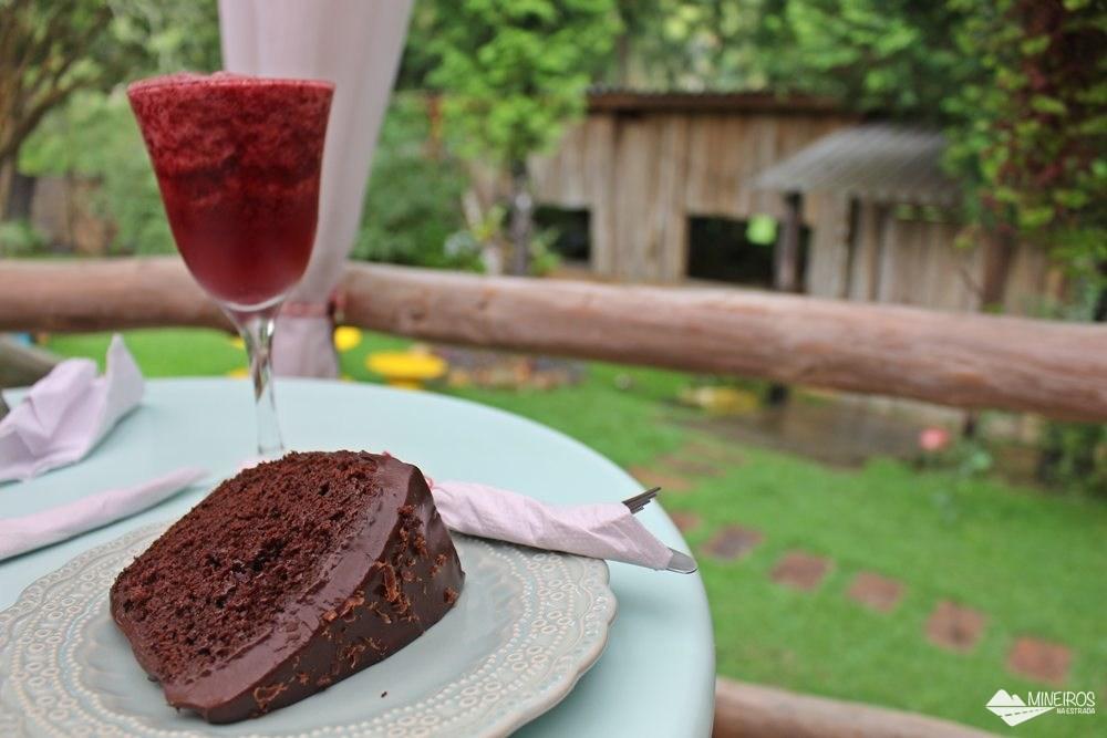Bolo de chocolate meio amargo e suco de amora, mirtilo e framboesa, na Amoreria, em Gonçalves.