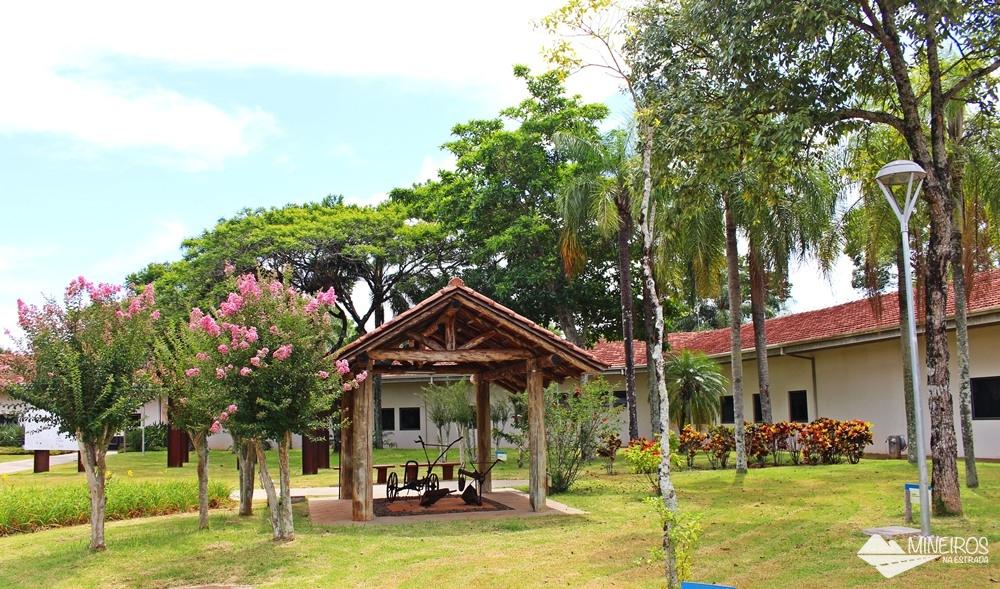 Área externa do Ecomuseu de Itaipu Binacional, com elementos da história de Foz do Iguaçu.