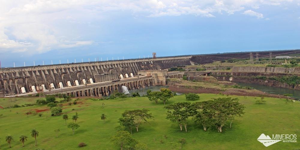 Itaipu Binacional, uma grandiosa construção, localizada no Brasil e no Paraguai, e pertencente aos dois países.