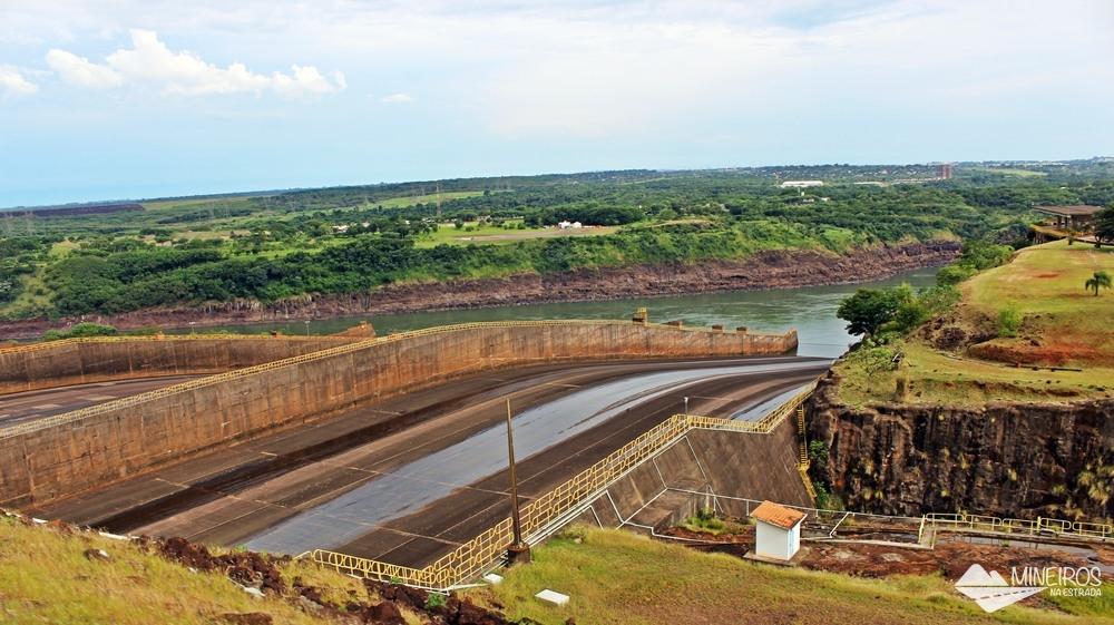 Vertedouros da usina hidrelétrica de Itaipu, que pertence igualmente ao Brasil e ao Paraguai,