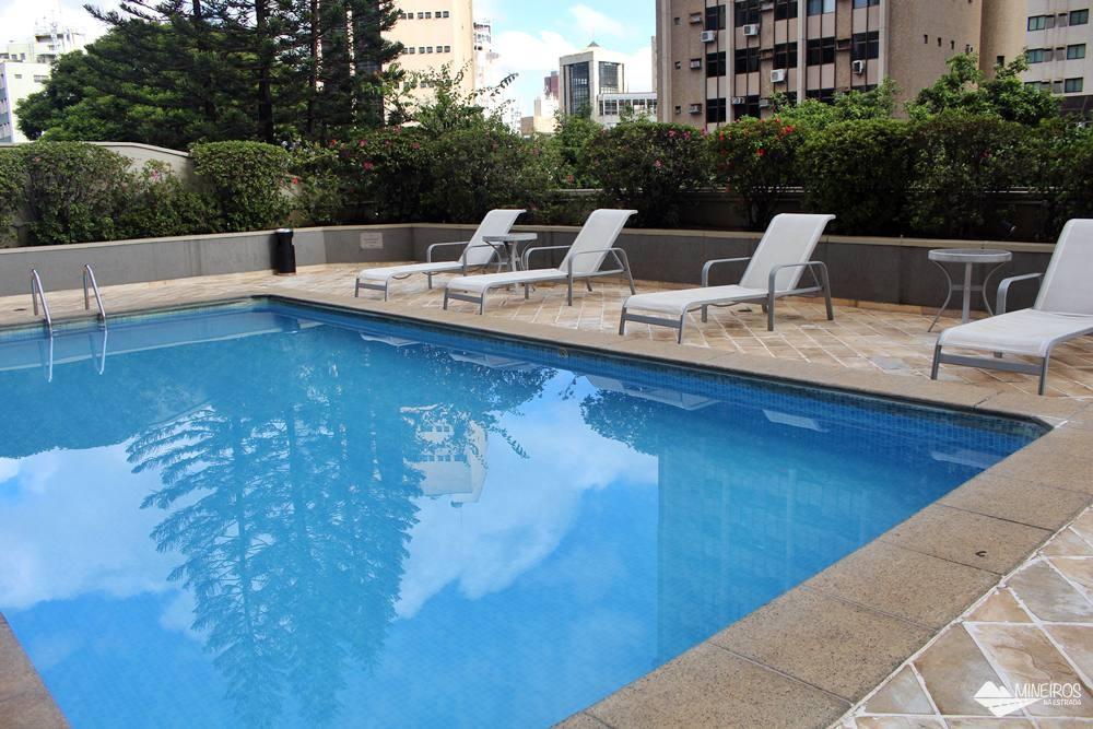 Piscina do Max Savassi Apart Service, excelente opção de hospedagem em Belo Horizonte.