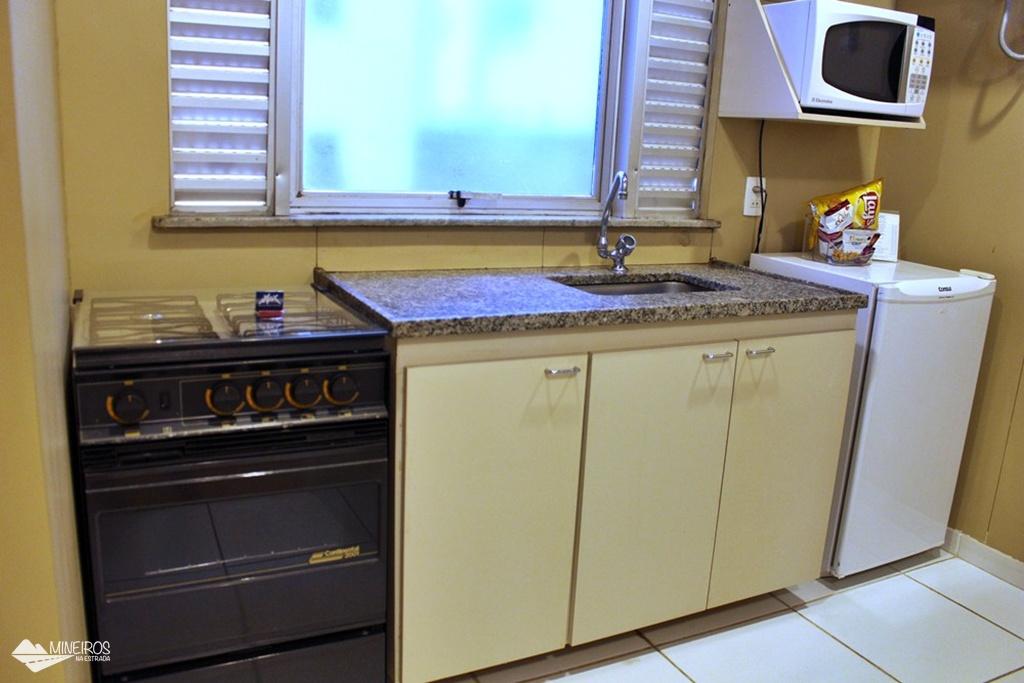 ala e cozinha americana do apartamento do Max Savassi Apart Service, excelente opção de hospedagem em Belo Horizonte.