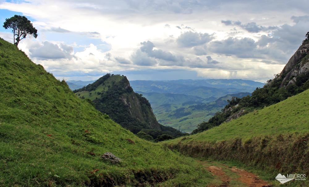 Serra da Balança, Pedra da Divisa e ao fundo, Pedras do Baú, Bauzinho e Ana Chata, vistos a partir da cidade de Gonçalves, no sul de Minas. É possível ver cidades como Campos do Jordão e Itajubá.