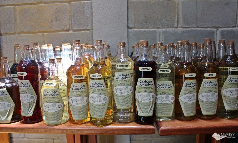 Alambique Três Barras, bem famoso e tradicional na região de Gonçalves, sul de Minas. Lá eles fabricam vários tipos de cachaça e licores, tudo artesanalmente, desde a plantação da cana.