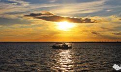 O passeio de catamarã é uma das atrações turísticas disponíveis em Itaipu Binacional, em Foz do Iguaçu. O último horário é o mais concorrido, pois é possível contemplar o pôr do sol