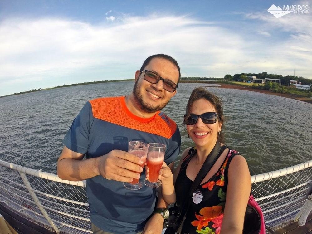 O passeio de cataramarã é uma das atrações turísticas disponíveis em Itaipu Binacional, em Foz do Iguaçu. O último horário é o mais concorrido, pois é possível contemplar o pôr do sol