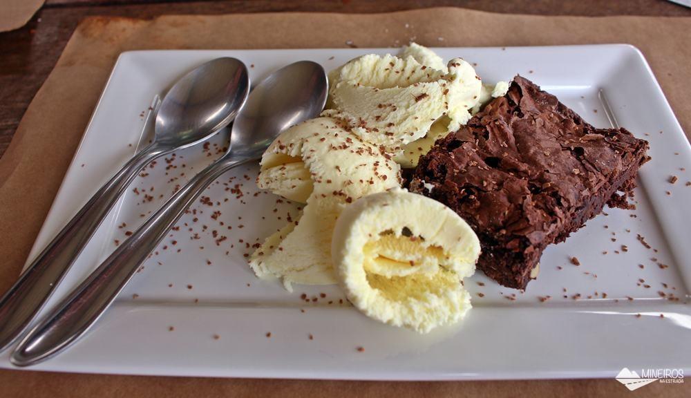 Brownie com sorvete, no Quintal da Bel, restaurante a la carte no centro de Gonçalves, sul de Minas Gerais.