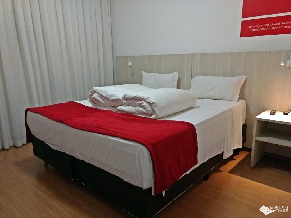 Quarto do Ramada Encore Minascasa, um hotel localizado na Avenida Cristiano Machado, em Belo Horizonte, que tem como proposta uma hospedagem essencial: o conforto necessário, sem luxos, a um preço acessível.
