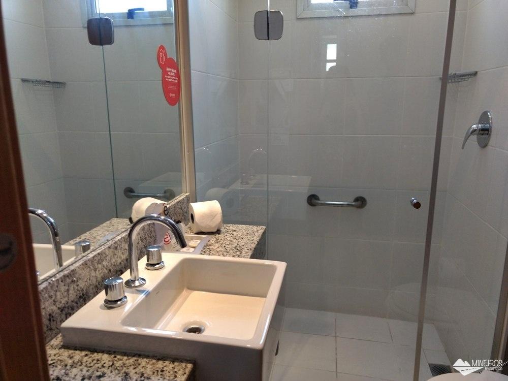 Banheiro do Ramada Encore Minascasa, um hotel localizado na Avenida Cristiano Machado, em Belo Horizonte, que tem como proposta uma hospedagem essencial: o conforto necessário, sem luxos, a um preço acessível.