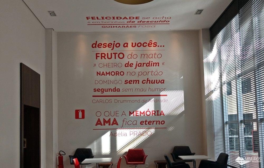 Saguão de entrada do Ramada Encore Minascasa, um hotel localizado na Avenida Cristiano Machado, em Belo Horizonte, que tem como proposta uma hospedagem essencial: o conforto necessário, sem luxos, a um preço acessível.