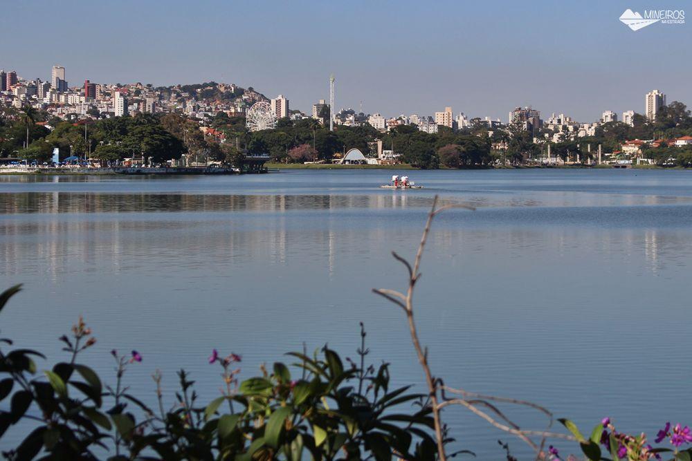 Vista do solário do Pampulha Design Hotel, um hotel localizado na orla da Lagoa da Pampulha, em Belo Horizonte.