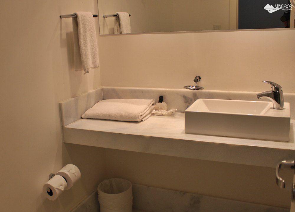 Banheiro do quarto superior do Pampulha Design Hotel, um hotel localizado na orla da Lagoa da Pampulha, em Belo Horizonte.