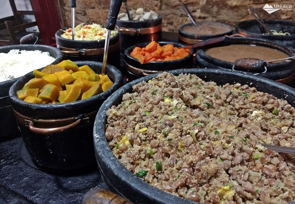 Feijão tropeiro do Restaurante Tiradentes, em Ouro Preto, que serve comida barata e gostosa.
