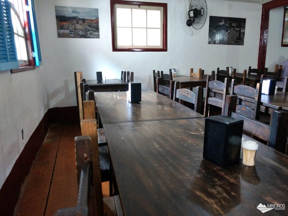 Salão do Restaurante Tiradentes, em Ouro Preto, que serve comida barata e gostosa.