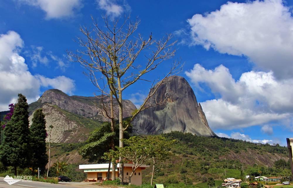 Pedra Azul com o lagarto, em um dia de céu azul. Pedra Azul do Arecê é um distrito de Domingos Martins, no Espírito Santo.